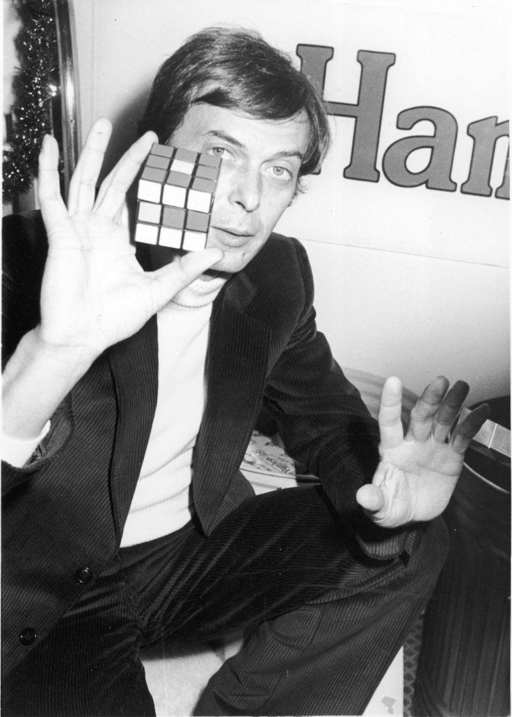 Erno Rubik presenta il suo Magic Cube alla stampa