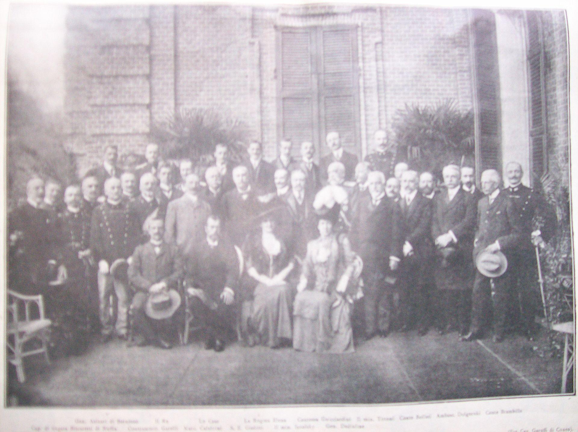 Vittorio Emanuele III di Savoia e lo zar Nicola II a Racconigi nel 1909. In seconda fila, alla sinistra di Nicola II, si riconosce il presidente del Consiglio Giovanni Giolitti.