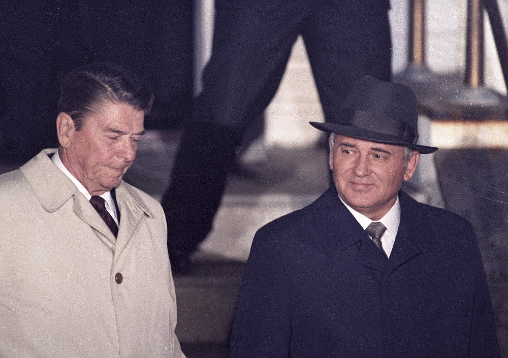 U.S. President Ronald Reagan (L) and Soviet President Mikhail Gorbachev leave Hofdi House after finishing their two days of talks during a mini-summit in Reykjavik October 12, 1986. REUTERS/Nick Didlick (ICELAND - Tags: POLITICS) BEST QUALITY AVAILABLE