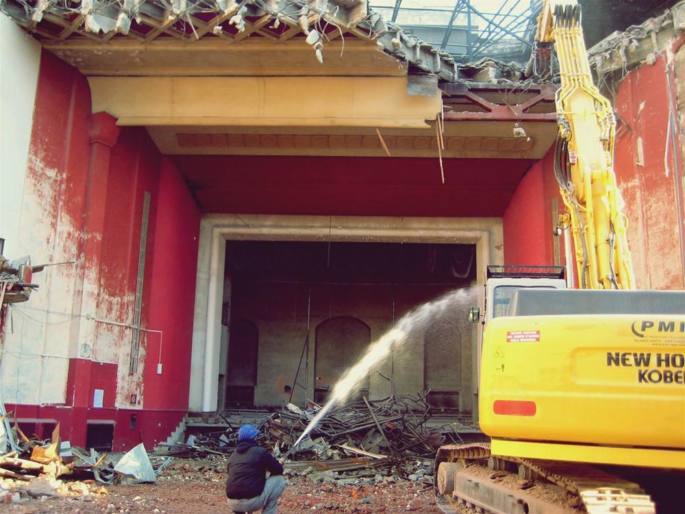 Le operazioni di demolizione del vecchio Cinema Hollywood (2011)