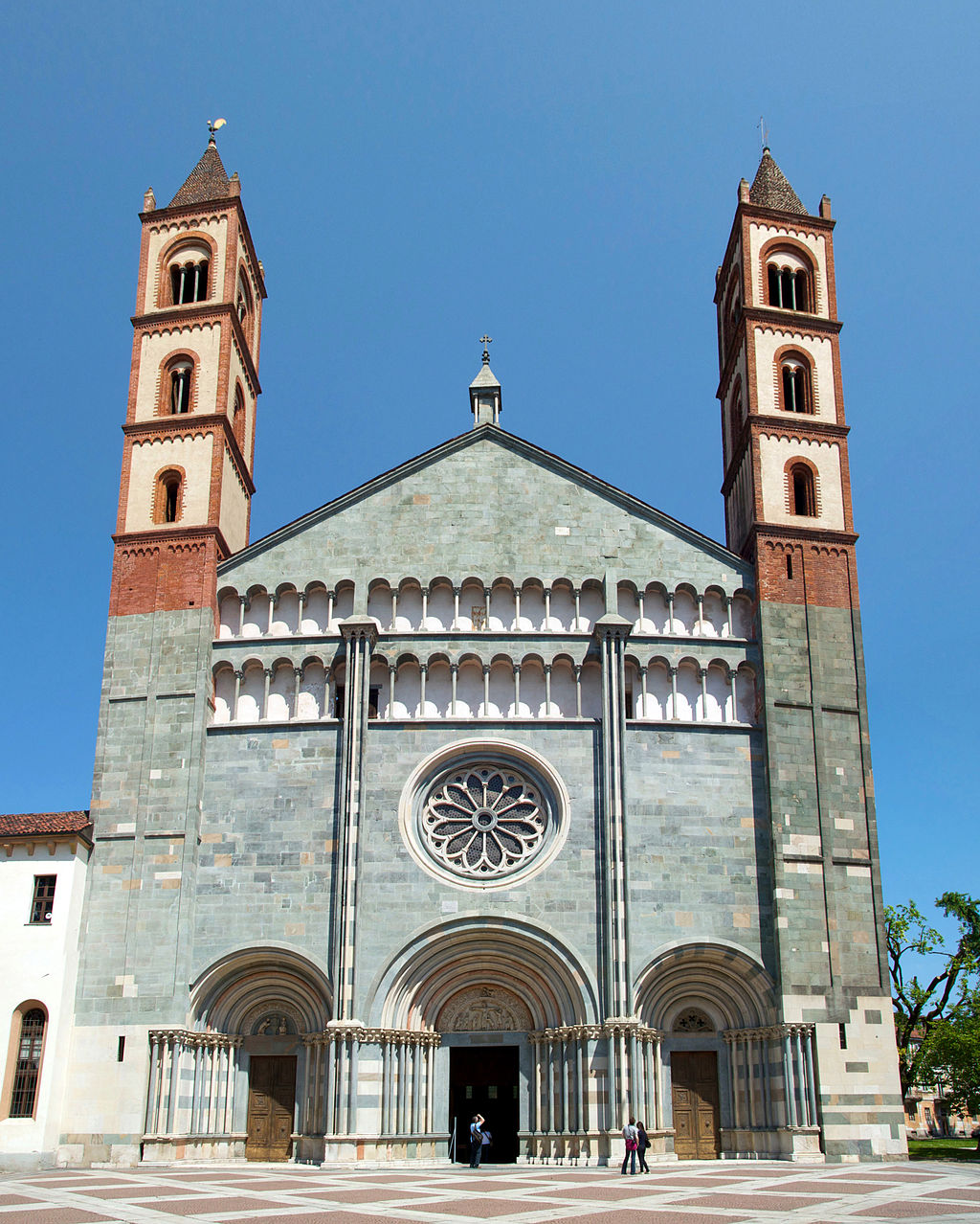 1024px-vercelli-santandrea-facade